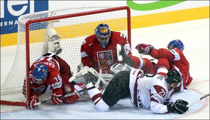 Чемпионы мира свой первый матч выиграли, но заставили изрядно понервничать чешских болельщиков.