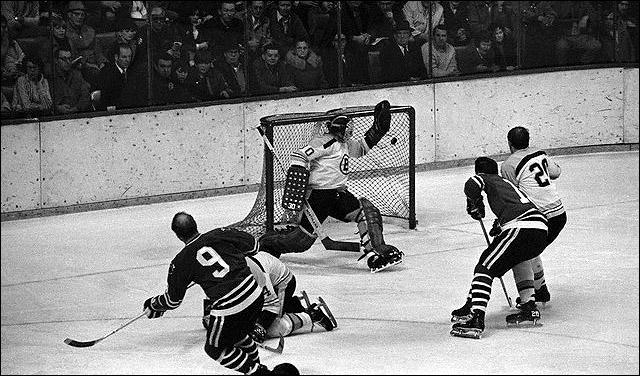 """Фрагменты сезона. 25 марта 1972 года. """"Бостон"""" - """"Чикаго"""". Бобби Халл (№ 9) забрасывает свою 600-ю шайбу в НХЛ."""