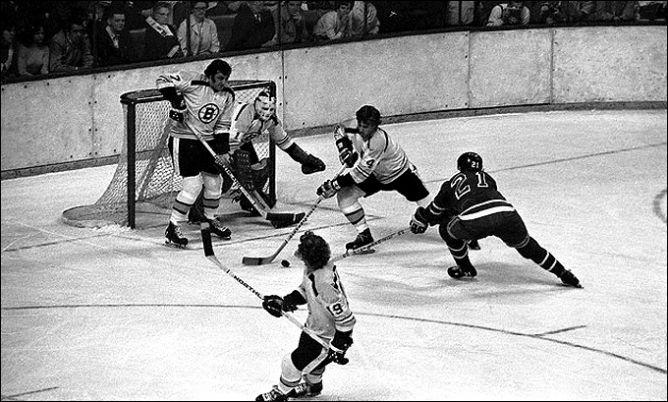"""Фрагменты сезона. 9 мая 1972 года. Финал """"Бостон"""" - """"Рейнджерс"""". Бобби Орр (№ 4) ликвидирует опасный прорыв Пита Стэмковски (№ 21)."""