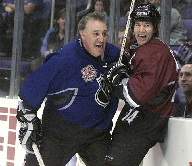 30 января 2002 года. Матч Всех Звезд НХЛ для ветеранов. Фил Эспозито против Дэвида Келли.