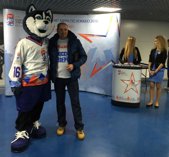 Фото с талисманом чемпионата мира-2016 — Лайкой
