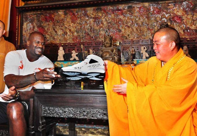 Шакил О'Нил дарит монаху свою кроссовку 59-го размера