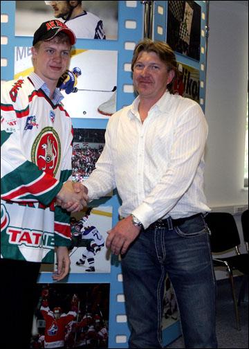 Кирилл Голубев (справа) на драфте КХЛ