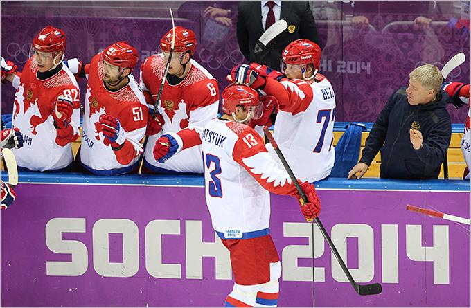 Павел Дацюк принимает поздравления от партнёров по команде