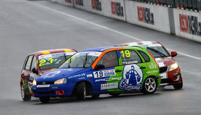 Соперники разворачивают Владимира Шешенина на стартовой прямой трассы Moscow Raceway
