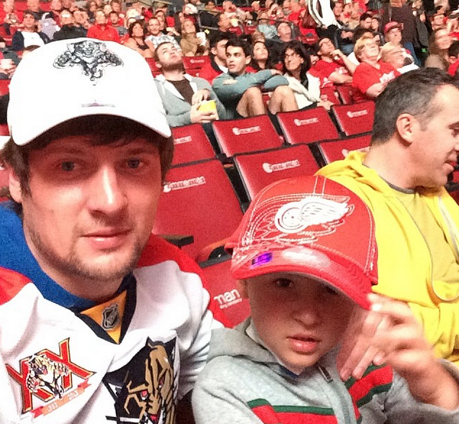 Селезнев с сыном на хокее