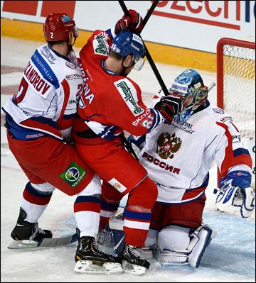 Александр Ерёменко отражает очередную атаку сборной Чехии