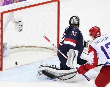 Павел Дацюк открывает счёт голам сборной России в матче с национальной командой США
