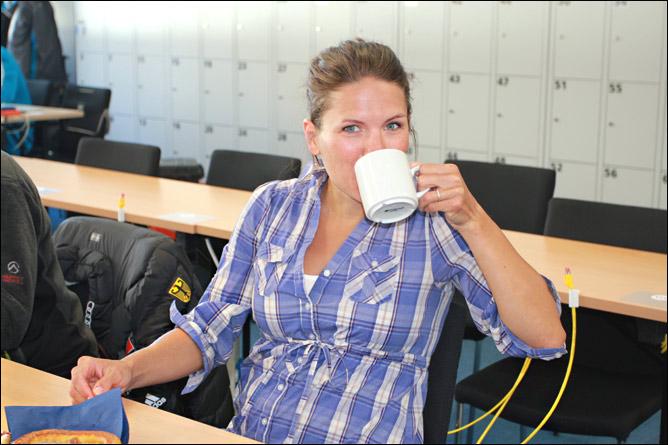 Катрин Хитцер ждет пополнения и коротает время в пресс-центре