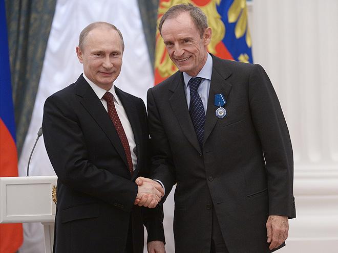 Владимир Путин награждает Килли орденом Почета