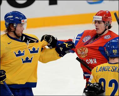 Виктор Хедман (слева) даже дёргал Евгения Малкина за одежду…