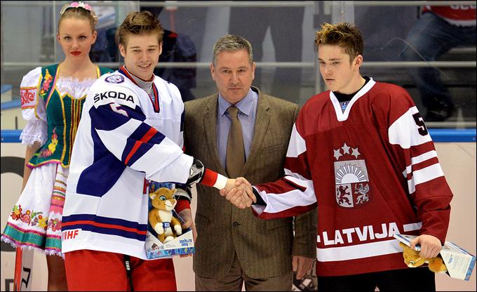 Николай Глухов (слева) — лучший игрок матча с Латвией
