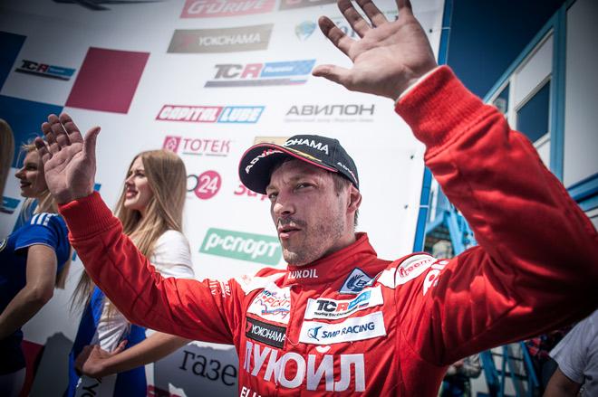 Алексей Дудукало поднимается на подиум после победы в воскресной гонке