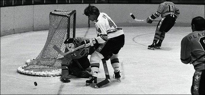 Фрагменты сезона. 30 января 1973 года. Матч Всех звезд НХЛ. Бобби Орр атакует ворота Тони Эспозито.