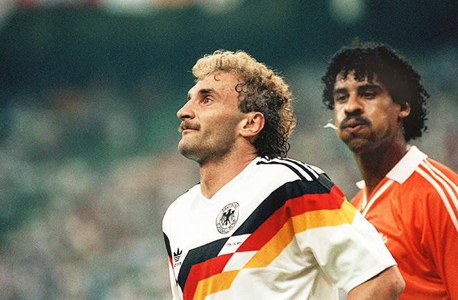 При счёте 2:1 Франк Райкард плюнул в лицо форварду немецкой сборной Руди Фёллеру