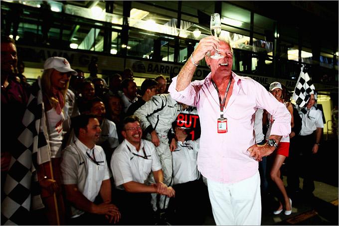 Джон празднует победу Дженсона на Гран-при Австралии 2009 года