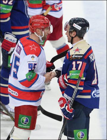 Алексей Морозов и Илья Ковальчук обсуждают события матча