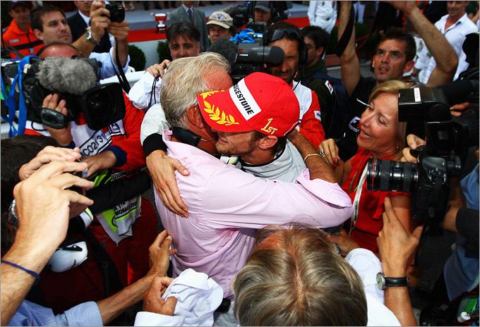 Джон и Дженсон обнимаются после триумфа в Монако