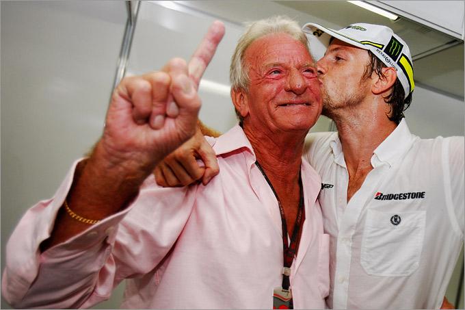 Дженсон с отцом после завоевания чемпионского титула