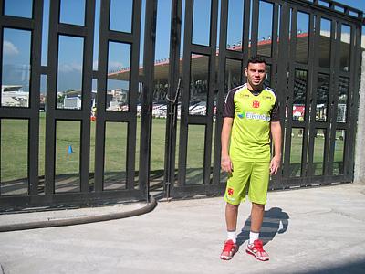 """Родолфо у ворот стадиона """"Сан-Жануариу"""" — здесь его команда и играет, и тренируется"""