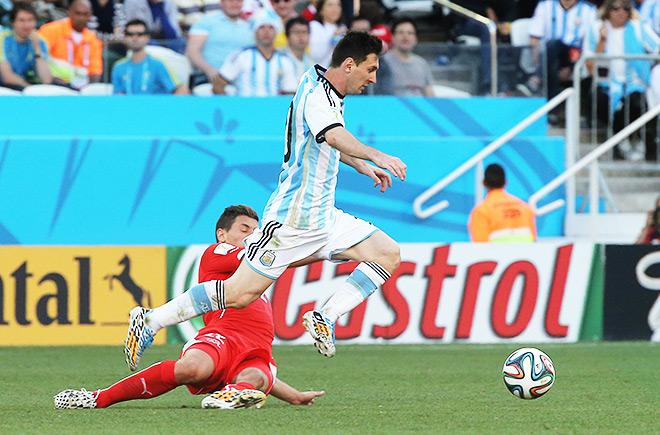 Лионель Месси в борьбе с защитником сборной Швейцарии