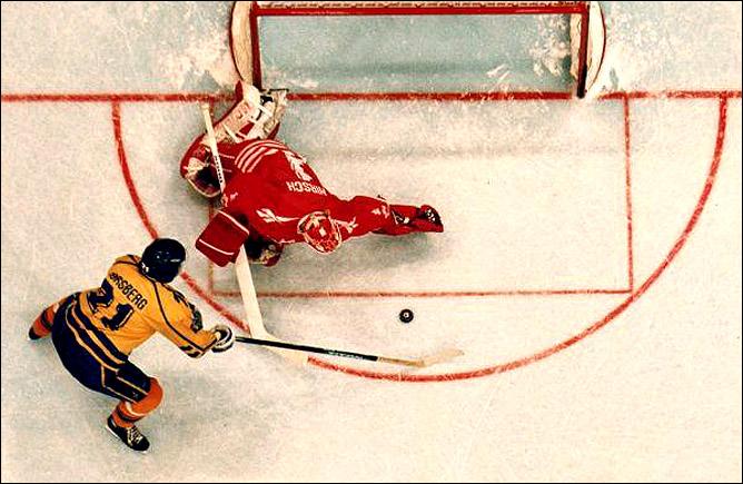 Топ-100 историй ИИХФ. История № 14. Буллит Форсберга приносит Швеции первое золото на ОИ. Фото 01.