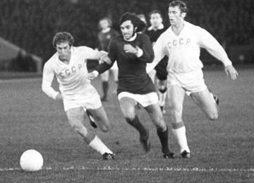 Лучший игрок в истории североирландского футбола Джордж Бест рвется к воротам сборной СССР. Сентябрь 1971 года