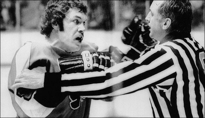 """Фрагменты сезона. Там, где была """"Филадельфия"""", всегда были драки. 23 ноября 1973 года. """"Торонто"""" - """"Филадельфия"""". Дейв Шульц."""