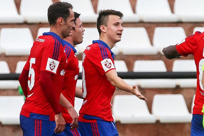 Александр Головин принимает поздравления от партнёров по ЦСКА