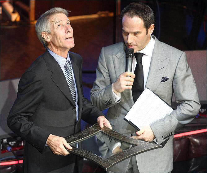 Очередную награду Валерию Кузьмичу вручает Михаил Щац.