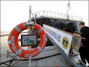 """Хоккеисты """"Авангарда"""" ступают на борт боевого российского корабля"""