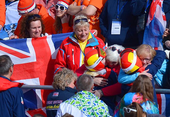 Британская горнолыжница Келли Галлахер и её гид Шарлота Эванс только что выиграли соревнования в гигантском слаломе для слабовидящих спортсменов