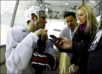 Пол Штястны (слева) дает интервью Марии Роговской