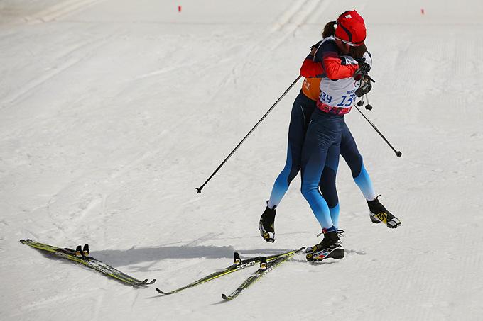 Россиянка Елена Ремизова принимает поздравления своего гида Натальи Якимовой по случаю победного завершения лыжной гонки на 15 километров