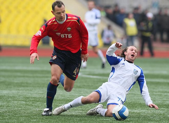 Максим Бузникин — форвард «Шинника». Слева — Сергей Игнашевич