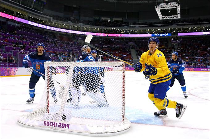 Никлас Бэкстрём атакует ворота сборной Финляндии