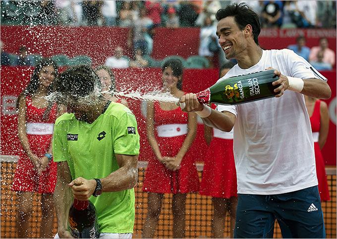 Фоньини поливает Феррера шампанским после финала