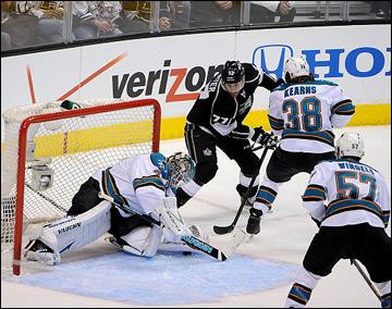 "14 мая 2013 года. Лос-Анджелес. Плей-офф НХЛ. 1/4 финала. Матч № 1. ""Лос-Анджелес"" — ""Сан-Хосе"" — 2:0. Джефф Картер атакует ворота Антти Ниеми"