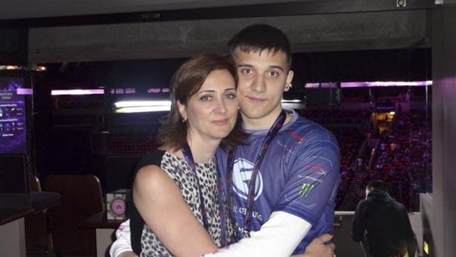 Артур и его мама Елена. В семье родители разговаривают с детьми по-русски
