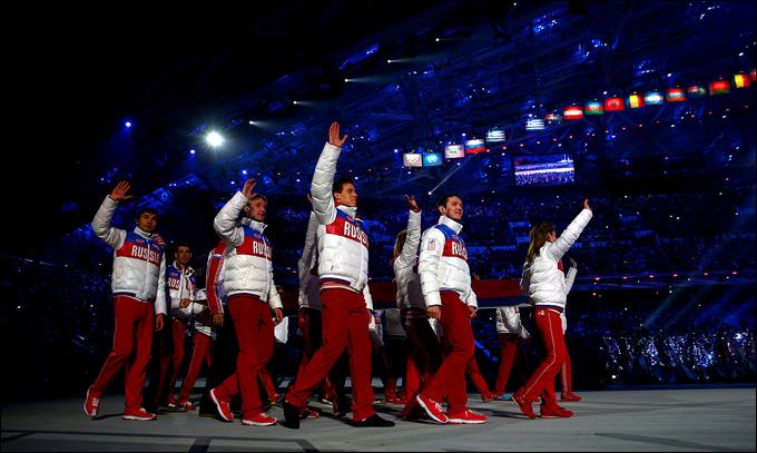Наши чемпионы выносят флаг России