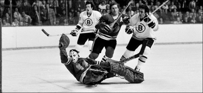 """Фрагменты сезона. 4 апреля 1975 года. Предварительный этап плей-офф. """"Бостон Брюинз"""" - """"Чикаго Блэкхоукс"""". В атаке Фил Эспозито."""