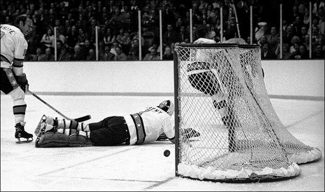 Фрагменты сезона. 21 января 1975 года. Матч Всех звезд НХЛ. Сил Эппс-младший забивает Берни Паренту.