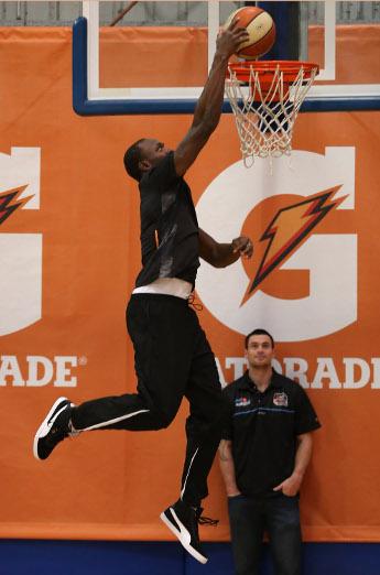Усэйн Болт на баскетбольной площадке