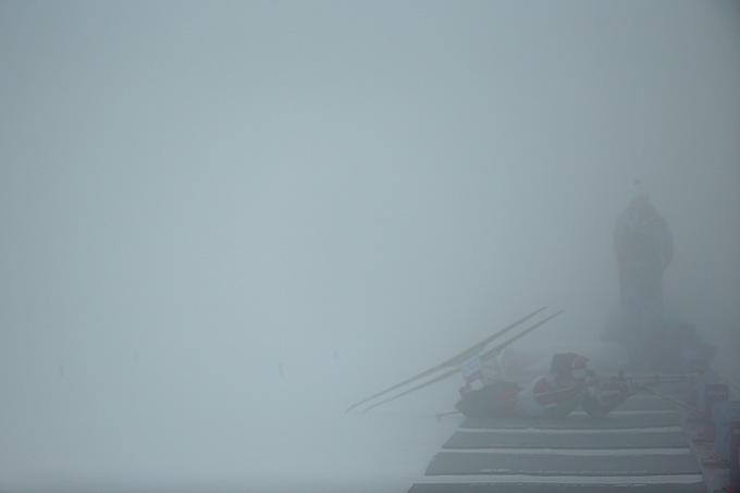 Густой туман во время женской биатлонной гонки на Паралимпиаде в Сочи