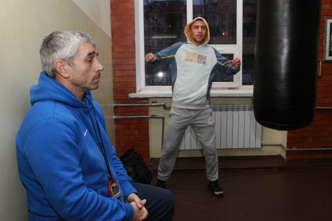 Под руководством своего отца готовится к следующему поединку и Василий Ломаченко