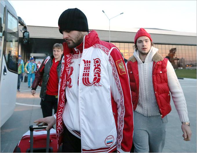 Фотокор Александр Сафонов встретил сборную России по хоккею в аэропорту Адлера.