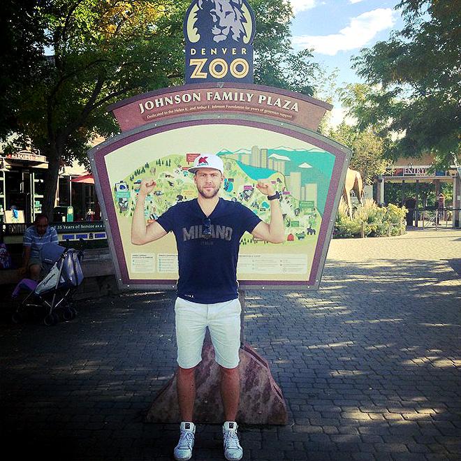 Семён Варламов в зоопарке, хотя обычно бывает наоборот: зрителям из-за забора показывают его