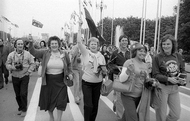 Иностранные туристы — гости XXII летних Олимпийских игр — на Центральном стадионе имени В.И. Ленина «Лужники»