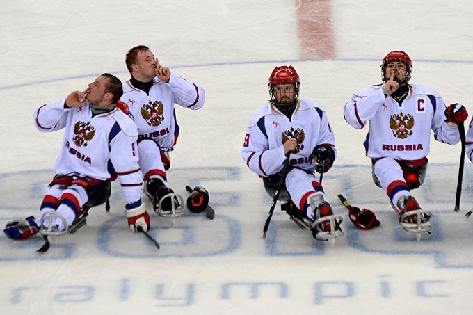 """""""Тихо, тихо!"""" Сборная России по следж-хоккею празднует непростую победу над соперниками из США"""