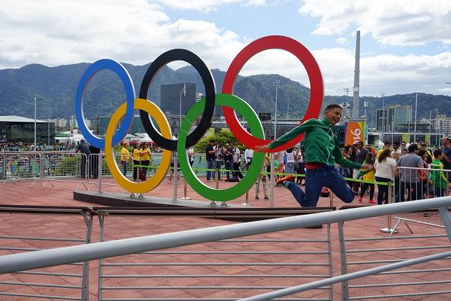 Главный символ олимпийского парка и дурачащиеся болельщики